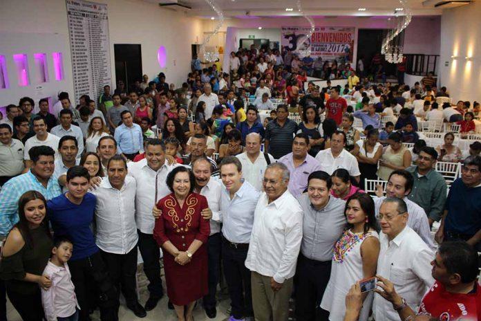 El mandatario estatal asistió al evento ajedrecístico más importante del sureste mexicano, en donde realizó la jugada inicial ante la niña Lizbeth Ayar López, dando por inaugurada la 30ª edición de la justa, en donde se congregaron ajedrecistas de todas partes del estado y resto del país.